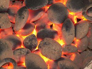 bricchette di carbone accese perfettamente
