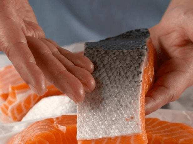 come cucinare il salmone: lasciare la pelle