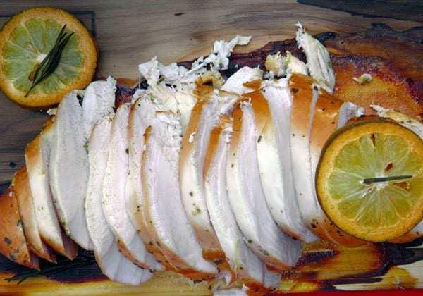Petto di pollo affumicato su placca di cedro presentazione