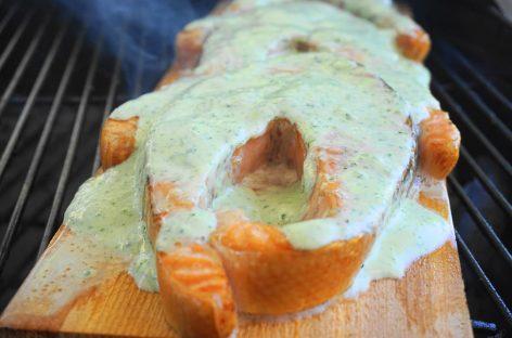 Salmone su tavoletta di cedro e crema al basilico