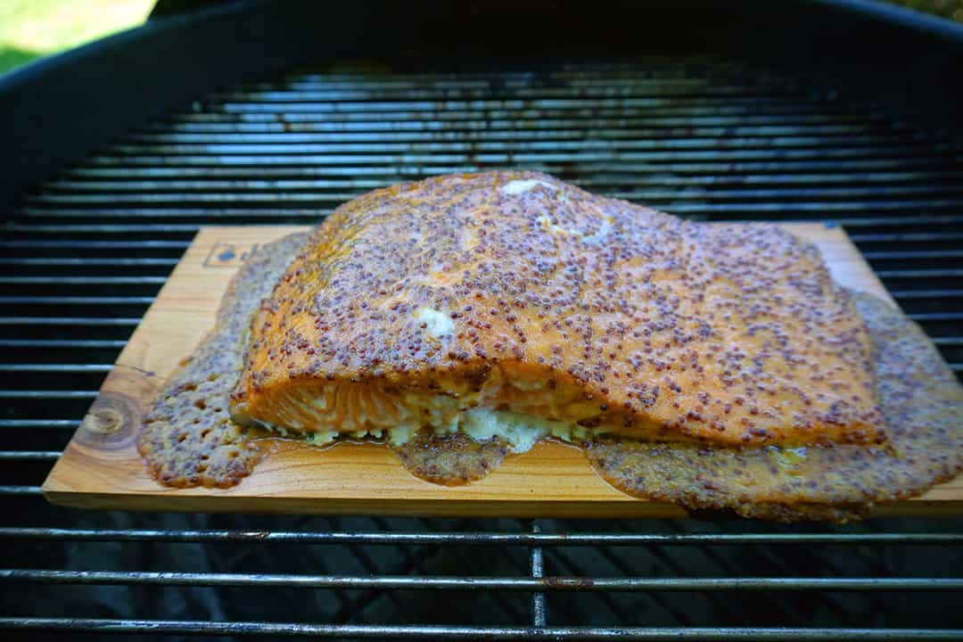 salmone su placca di cedro