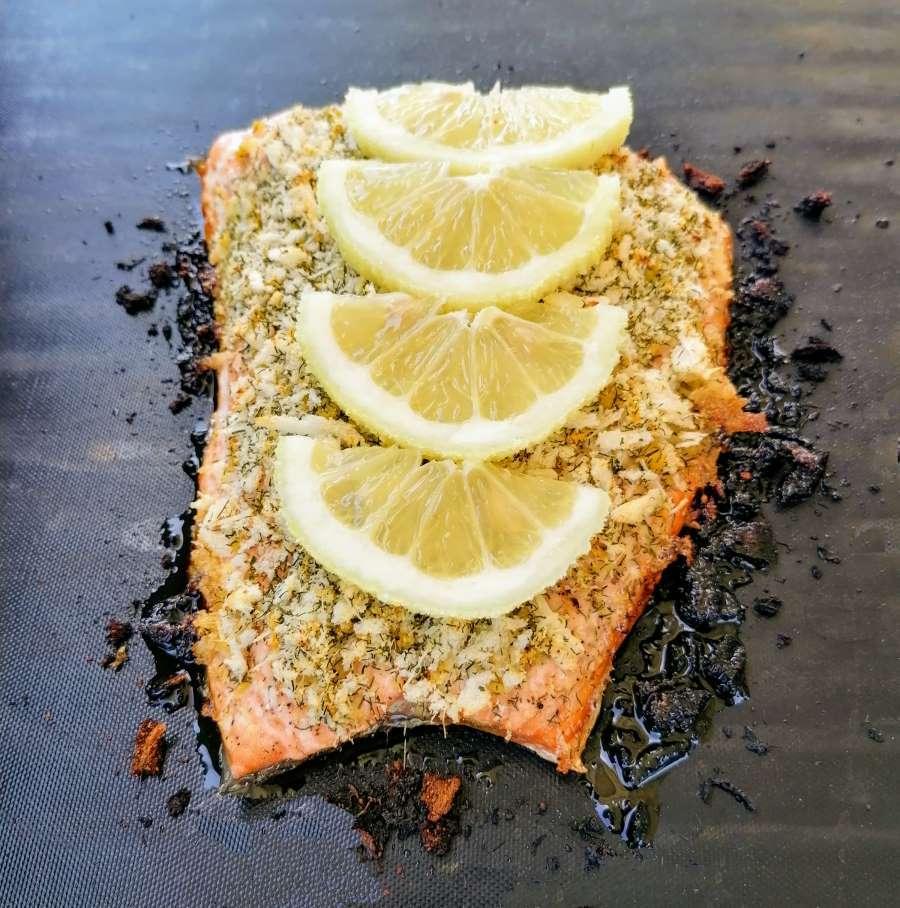salmone alla griglia con panure di parmigiano e limone
