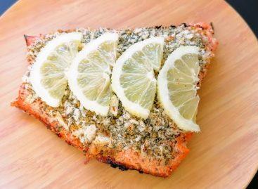 Salmone grigliato in crosta di parmigiano e limone